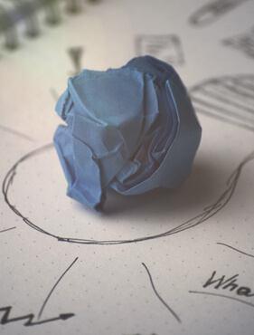 Ein zerknülltes Stück Papier
