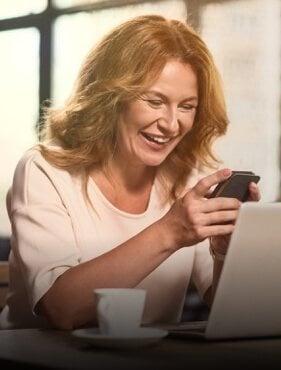 Eine glückliche Frau an ihrem Laptop