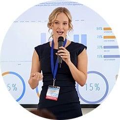 Eine Frau präsentiert Geschäftsergebnisse